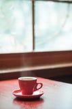 红色杯子咖啡和窗口 免版税库存照片