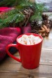 红色杯子热巧克力用在窗台的蛋白软糖 周末概念 圣诞节时间,早晨 免版税图库摄影