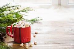 红色杯子热巧克力用在窗台的蛋白软糖 周末概念 家庭样式 背景圣诞节关闭红色时间 库存图片