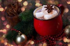 红色杯子用热巧克力 免版税库存图片