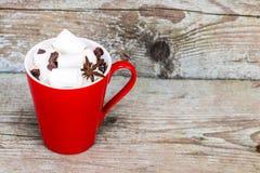 红色杯热巧克力饮料用c蛋白软糖和片断  免版税库存照片