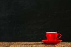 红色板材咖啡杯展示空白设计区域 免版税库存图片
