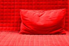 红色枕头 免版税库存照片