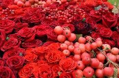 红色果子和花的婚礼背景 库存图片