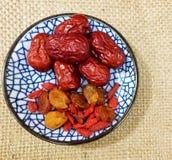 红色枣和wolfberry龙眼在盘 图库摄影