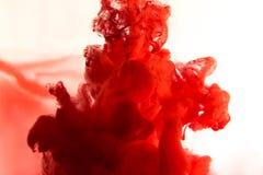 红色染料在水中 库存照片