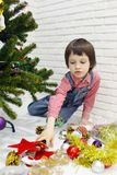 红色格子花呢上衣和牛仔布总体的小男孩装饰Chr 免版税库存照片