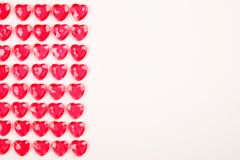 红色桃红色心脏糖果在白色背景连续放置了 恋人天贺卡礼物 免版税库存照片