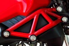 红色框架现代摩托车 免版税库存照片