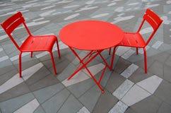 红色桌和两把椅子 库存照片