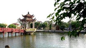 红色桥梁和寺庙在湖 图库摄影