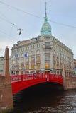 红色桥梁和Menshikov& x27; s房子在圣彼得堡,俄罗斯 库存图片