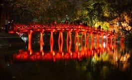 红色桥梁在还剑湖, Ha Noi越南 库存照片