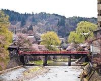 红色桥梁的高山市在节日时间 库存照片
