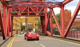 红色桥梁红色汽车Wapping墙壁中央伦敦大英国 免版税图库摄影