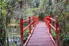 红色桥梁行人交叉路南部的庭院SC 库存图片