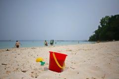 红色桶和小铲在沙子在Manukan海岛上 库存照片