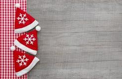 红色检查了框架与老木头圣诞节背景和r 库存图片