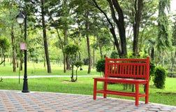 红色椅子在庭院里 免版税库存照片