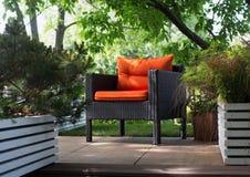红色椅子在庭院里 免版税图库摄影