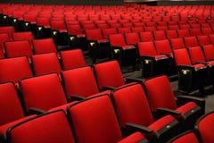 红色椅子在电影院 免版税库存照片