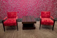 红色椅子室外与桌 红色椅子和桌在候诊室 库存图片
