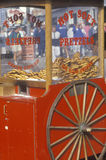 红色椒盐脆饼购物车 免版税图库摄影
