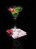 红色模子和一个鸡尾酒杯在黑背景 赌博娱乐场系列 免版税库存图片