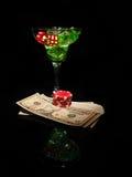 红色模子和一个鸡尾酒杯在黑背景 赌博娱乐场系列 库存图片