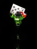 红色模子和一个鸡尾酒杯在黑背景 赌博娱乐场系列 库存照片