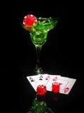 红色模子和一个鸡尾酒杯在黑背景 赌博娱乐场系列 免版税库存照片