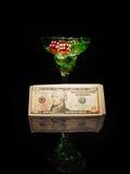 红色模子和一个鸡尾酒杯在黑背景 赌博娱乐场系列 图库摄影