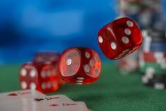 红色模子在天空,赌博娱乐场芯片,在绿色毛毡的卡片中转动 免版税库存图片