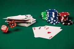 红色模子,赌博娱乐场芯片,卡片 图库摄影