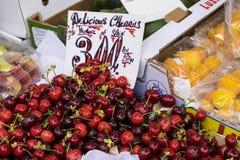 红色樱桃在市场摊位的待售 免版税图库摄影