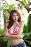 红色比基尼泳装的年轻美丽的亚裔妇女有短裤的 库存图片