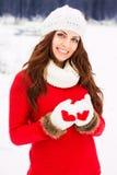 红色毛线衣的俏丽的yong妇女 图库摄影