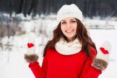 红色毛线衣的俏丽的yong妇女 库存照片