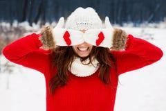 红色毛线衣的俏丽的yong妇女 免版税库存图片