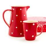 红色水罐和杯子 免版税库存照片