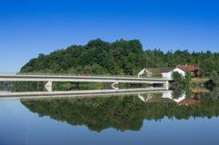 红色汽车、桥梁、房子和森林 库存图片