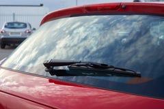 红色汽车后方刮水器 免版税库存图片