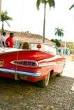 红色汽车在古巴 免版税库存图片