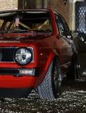 红色汽车在晚上 库存照片