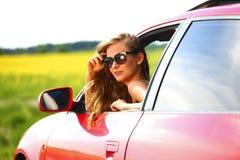 红色汽车的妇女 库存图片