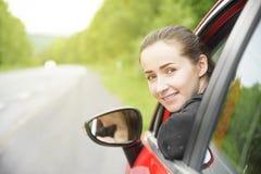 红色汽车的妇女 免版税库存照片