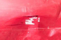 红色汽车的敞篷有被抓的和损坏的油漆被剥皮的裂缝的从崩溃事故关闭  免版税图库摄影