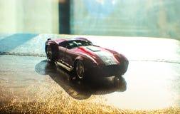 红色汽车轮胎银金属轮子炫耀tou 免版税库存照片