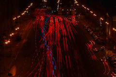 红色汽车长的曝光在晚上点燃和在交通的美丽的蓝色救护车在路 库存图片