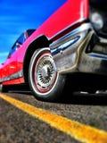 红色汽车黄线和蓝天 免版税库存照片